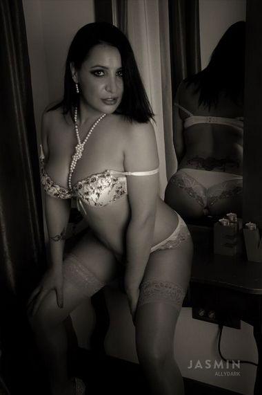Hot AllyDark Brunette Cam Girl